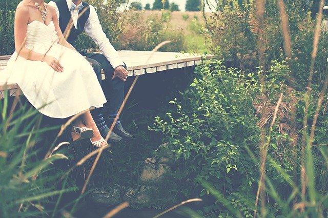 novomanželé na mostě