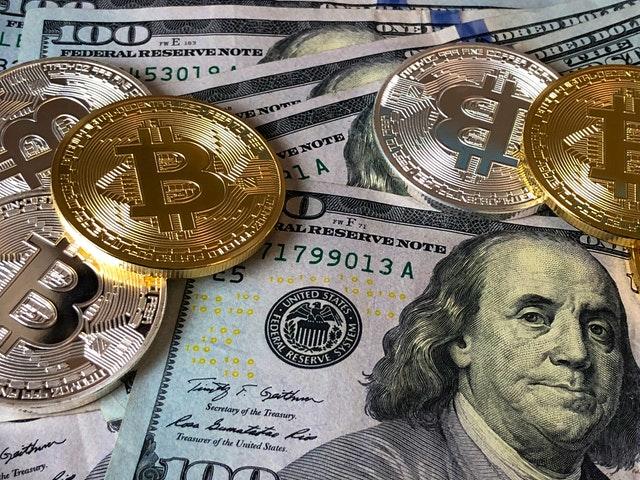 peníze, dolary, bitcoiny
